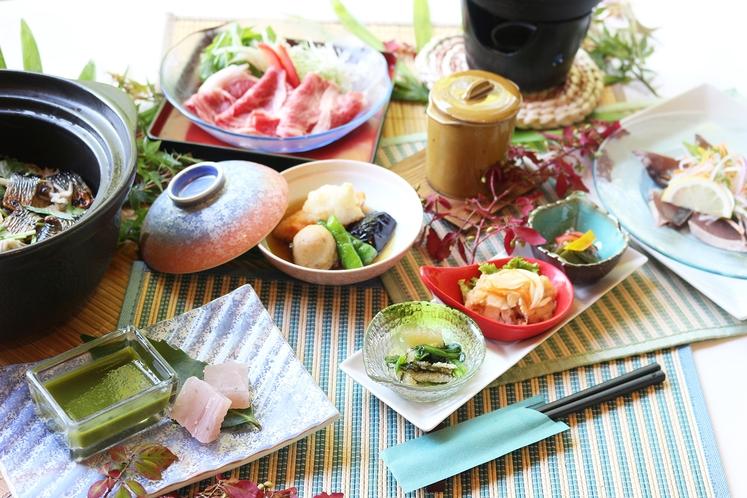 ご夕食は、季節の食材をさまざまにアレンジした会席料理を、当館料理長が心を込めてお届けいたします。