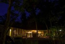 都心からほど近く、自然に抱かれながら疲れを癒してのんびりできる温泉施設