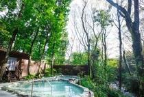 男性露天風呂です。野鳥のさえずりや、側を流れる上總川のせせらぎを聞きながら...