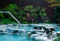 広葉樹林に囲まれた開放感溢れる露天風呂