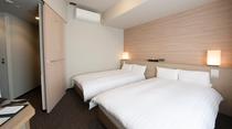 【ツインルーム】広さ約21㎡・ベッド幅110㎝×2台・シモンズ社製ベッド・テレビ32インチ