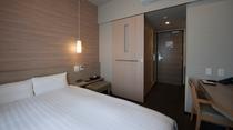 【ダブルルーム】広さ約14.8㎡・ベッド幅140㎝・シモンズ社製ベッド・テレビ32インチ