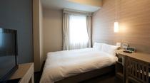 【エコノミーシングルルーム】広さ約12.6㎡・ベッド幅120㎝・シモンズ社製ベッド・テレビ32インチ