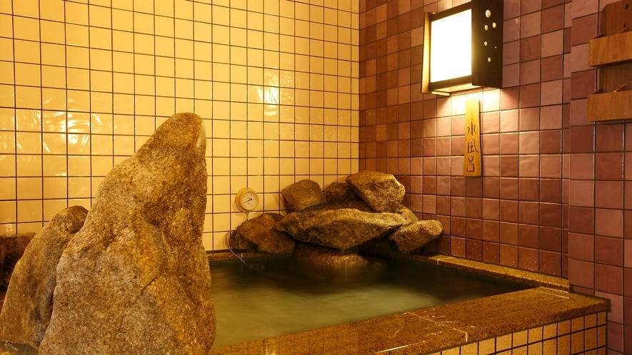 女性大浴場/水風呂(温度:16~17℃)
