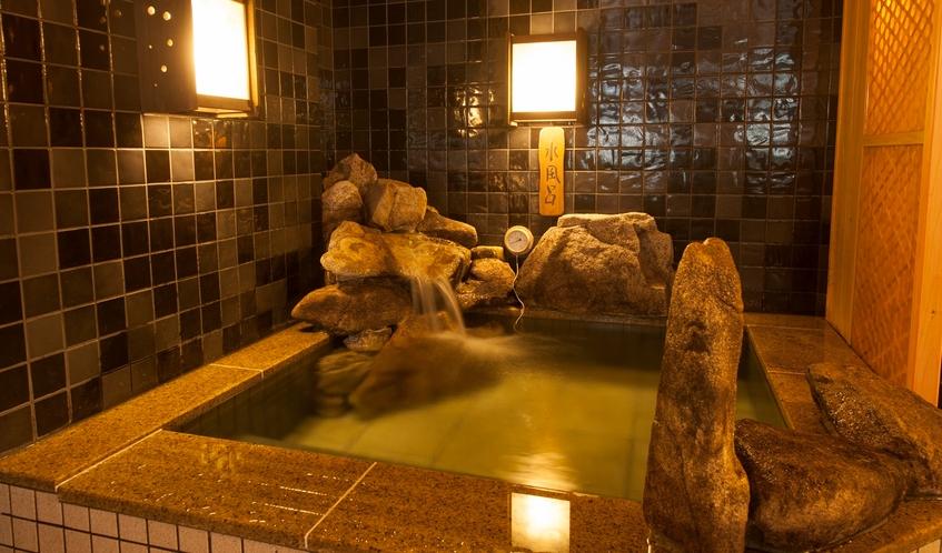 男性大浴場/水風呂(温度:16~17℃)