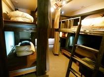 ロフトベッドの3〜4人部屋【バス・トイレ付き】