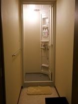 【共用のシャワールーム】ボディーソープ、リンスインシャンプーを備えております。