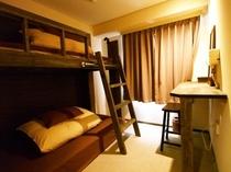 ロフトベッドで2〜3人部屋 【バストイレ付き】 ※下段セミダブル・上段シングルサイズ