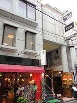 【外観】 1Fはアジアン茶房というアジア料理のお店とカフェです。