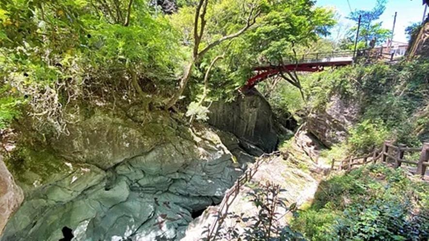 *【周辺観光/土釜】滝の両岸には、かし、かえで、もみじの古木が密生し、薄暗い谷底に幽幻の気を漂う★