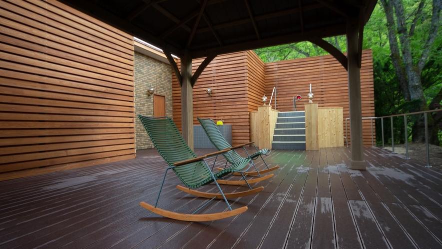 *【リラクゼーションエリア】風の音を感じながら癒される、自然に囲まれた休憩スペースです。