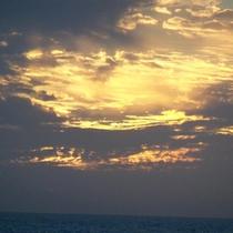 *【夕日】美しく沈む太陽の姿…雄大な自然の姿をお楽しみ下さい。