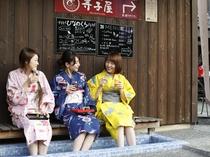 蔵ショップ「ひなの蔵」の足湯でワイン♪燻製工房のオリジナルベーコンと共に。見上げれば竹田城です♪