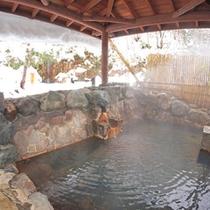 *【滝の湯】風情ある雪見露天。純度100%の源泉かけ流し温泉で、冷えた体をゆっくりと温めてください。