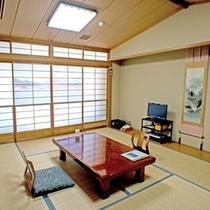 *【本館:和室10畳(210号室)】障子に描かれた「麒麟山ときりん橋」は車で20分。阿賀の象徴風景。