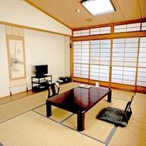 *【本館:和室10畳(208号室)】障子に描かれた「きりん山公園」は車で20分。桜並木は必見!