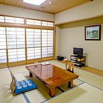 *【本館:和室10畳(203号室)】障子に描かれた「三川オートキャンプ場」は車で15分。釣り堀も有。