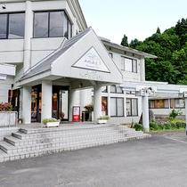 *【外観】雄大な流れの阿賀野川上流に位置している山間の緑豊かな新三川温泉にございます