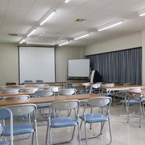 *【会議室】スクール形式で30名収容可能です。会議や研修会場、ミーティングのご利用にどうぞ!