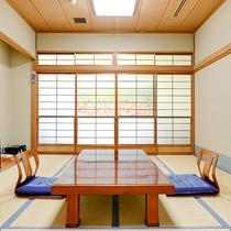*【本館:和室10畳(205号室)】障子に描かれた「芦沢ハーバルパーク」は車で20分の絶景スポット♪
