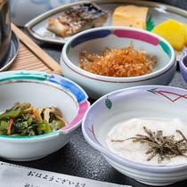 *【朝食一例】からだに優しいおかずたち。地元・三川産のコシヒカリとともにお楽しみください。