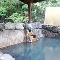 *【滝の湯(3階)】純度100%の源泉かけ流し温泉で、冷えた体をゆっくりと温めてください。