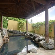 *【滝の湯(3階)】露天風呂から見えるえぼしの滝の音に耳を傾け、おくつろぎください。