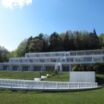 *【外観】清潔感のある白で統一された建物が目印!ドックランもあります。