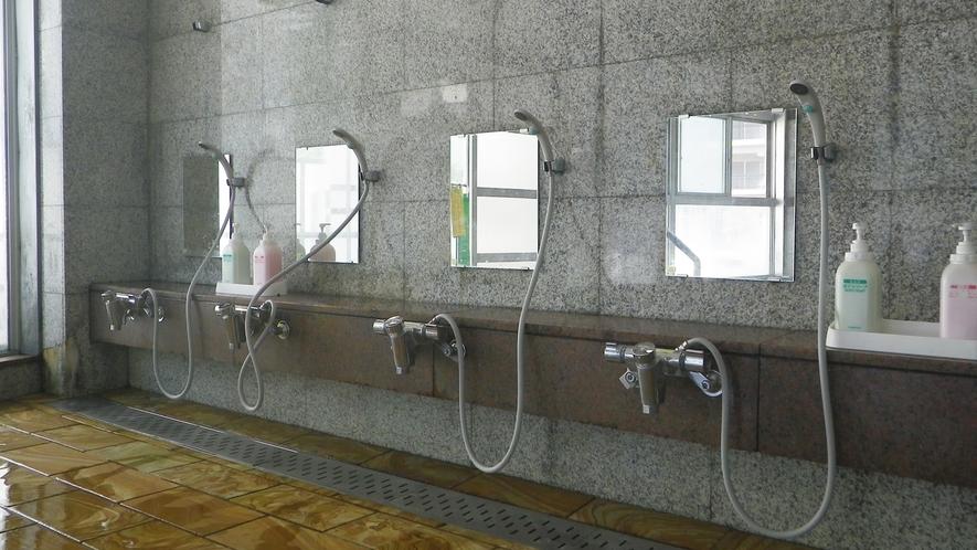 *男性大浴場/洗い場も広々ゆったり。