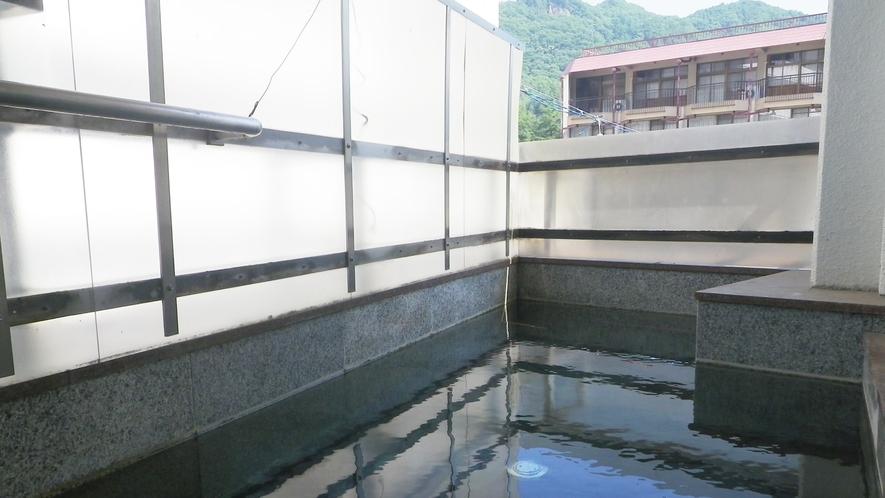 *男性露天風呂/爽やかな風とともに温泉時間。