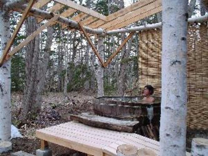 林の中で野趣満点の露天風呂!