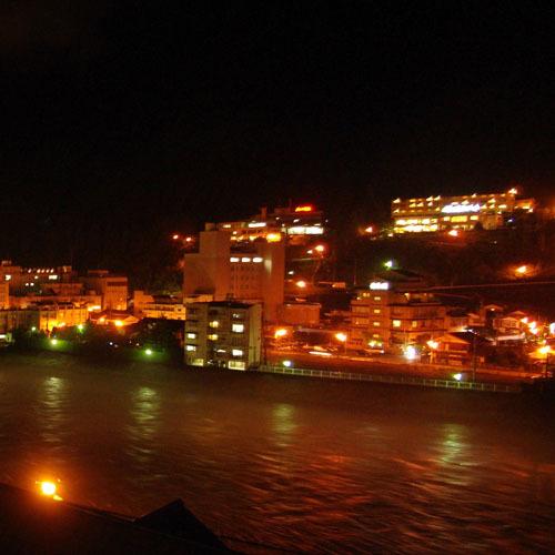 下呂温泉の夜景を望む露天温泉風呂。ご利用時間6:30〜23:30