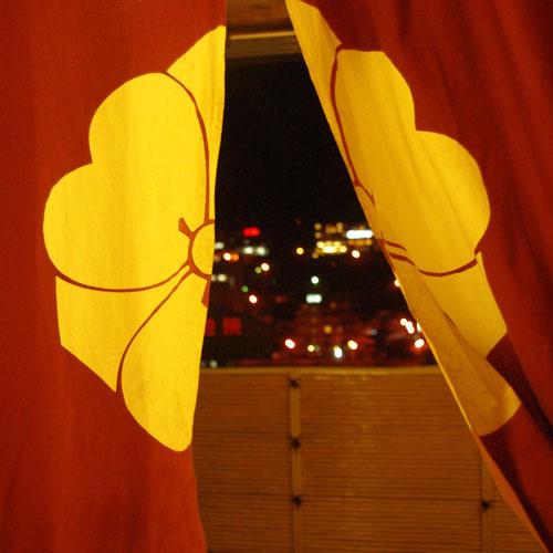 露天温泉の入口からの夜景
