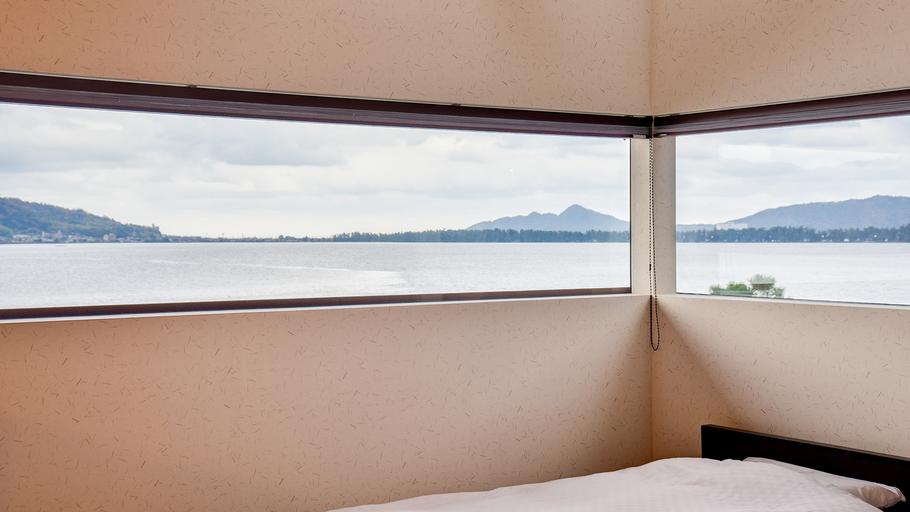 *[千貫/2層式メゾネット客室一例]2階・景色を楽しむためにつくられた贅沢な窓はまるでキャンバスのよ