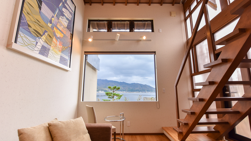 *[龍燈/2層式メゾネット客室一例]1階・キャンバスのような大きな窓を配したリビング&ダイニング