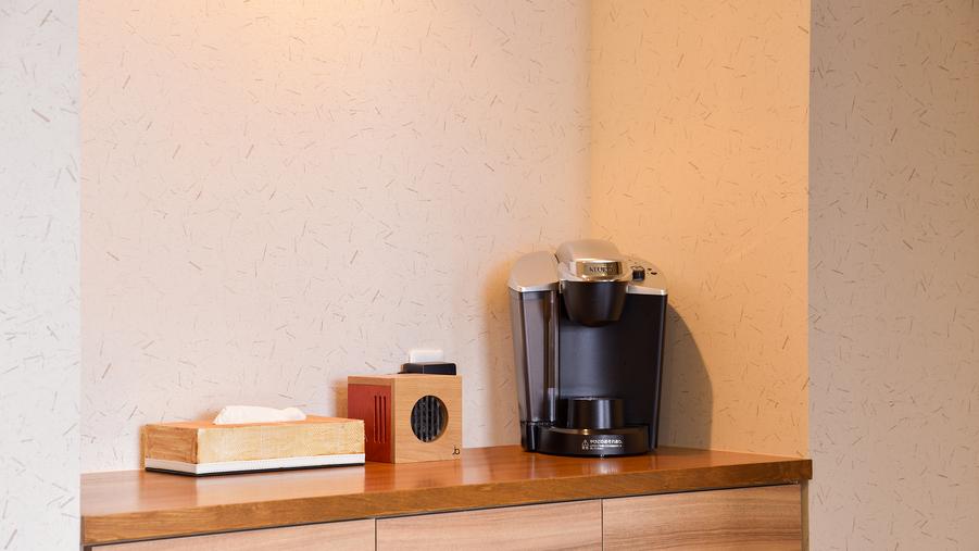 *[龍燈/2層式メゾネット客室一例]1階ダイニングにはコーヒーメーカーがございます