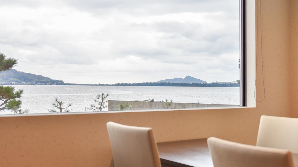 *[千貫/2層式メゾネット客室一例]1階・天橋立を望むダイニングでゆっくりお食事をお召し上がり下さい