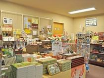 【館内】長沼町の特産品やお土産用のお菓子などが揃った売店