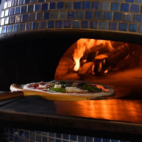 本場ナポリの薪窯に入れるピッツァ