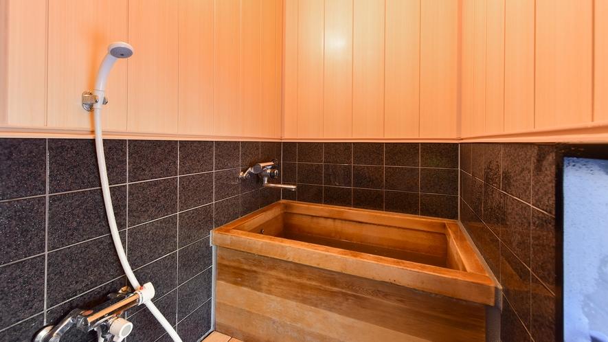 *和室10畳(客室一例)/檜の香り漂うお風呂で癒しのひと時を。