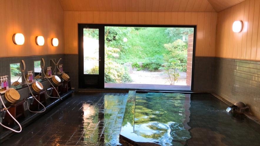 *大浴場/大きな窓からは緑豊かな庭園が広がります。