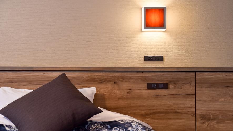 *リニューアルツイン(客室一例):枕元にコンセントを配置しているので、スマホやタブレットの充電も楽々