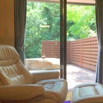 お庭を眺めながら、ソファでリラックス♪