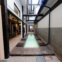 【足湯cafe】館内には湯畑源泉をひいた足湯スペースも。中庭の源泉足湯でティータイムを♪