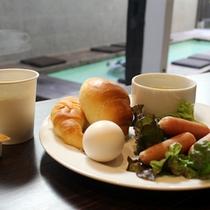 【無料サービスの朝食】パンや温泉卵、ソーセージなどが並びます。(プレートでのご用意)