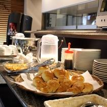 【無料サービスの朝食】パンや温泉卵、ソーセージなどが並びます。(日によってプレートの時も御座います)