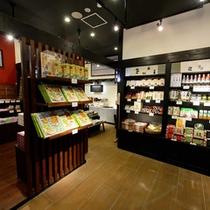 【売店】1Fには広々とした売店。草津温泉のおみやげが揃います。