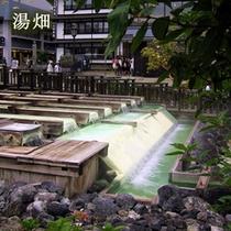 【湯畑】当館目の前の草津温泉のシンボル「湯畑」では豊富な湯が溢れております。
