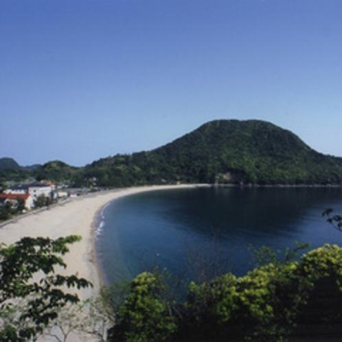白い砂浜が約800m続く「 佐津(さづ)海岸 」