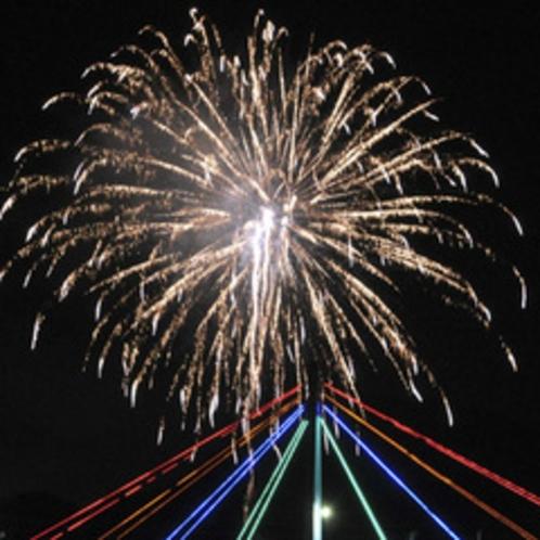 打ち上げ花火が、まつりのクライマックスを彩ります
